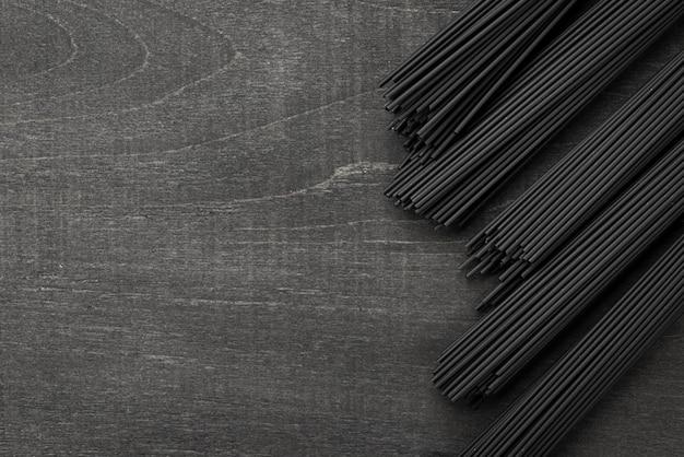 黒いスパゲッティバンドルのトップビュー 無料写真