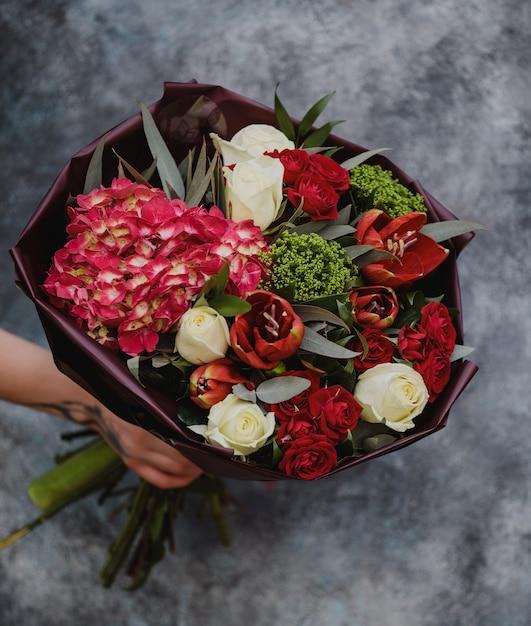 Вид сверху на букет белых роз с красными тюльпанами, розовой гортензией и зеленью Бесплатные Фотографии