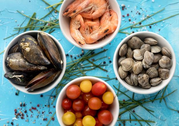 ムール貝とエビのボウルのトップビュー 無料写真