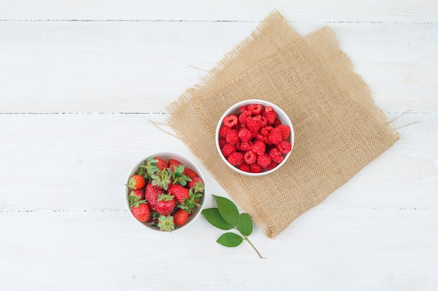 赤い果実とボウルの上面図 無料写真