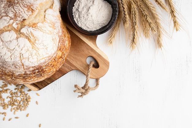 コピースペースとパンの概念のトップビュー Premium写真