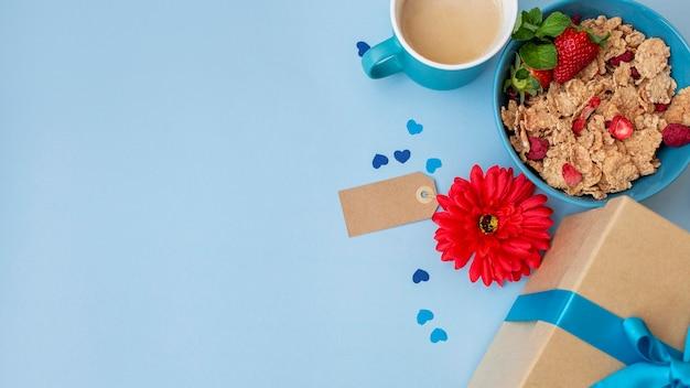 花とコピースペースのある朝食用シリアルの上面図 無料写真