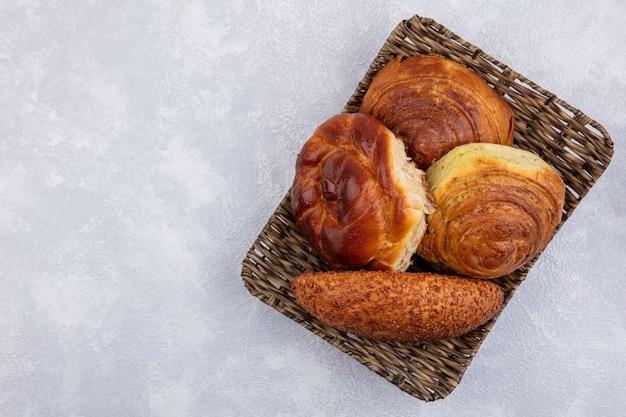 コピースペースのある白い背景のバケツのパンの上面図 無料写真
