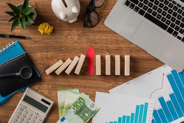 ビジネスアイテムと成長矢印の上面図 Premium写真