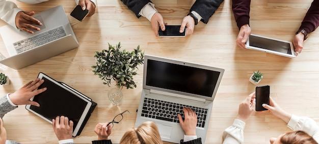 オフィスでのビジネス人々のトップビュー Premium写真
