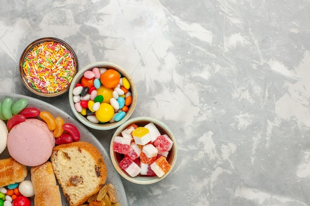 マカロンとキャンディーのケーキスライスの上面図 無料写真