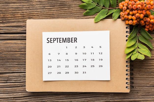 秋の海クロウメモドキとカレンダーのトップビュー 無料写真