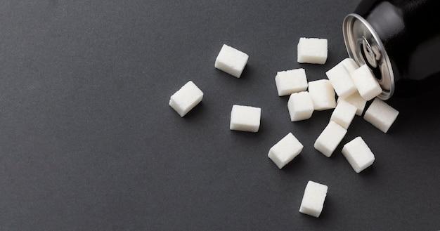 Вид сверху банки с кубиками сахара и копией пространства Premium Фотографии