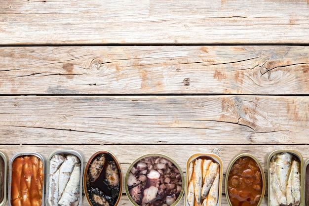 복사 공간 해산물 캔의 상위 뷰 무료 사진