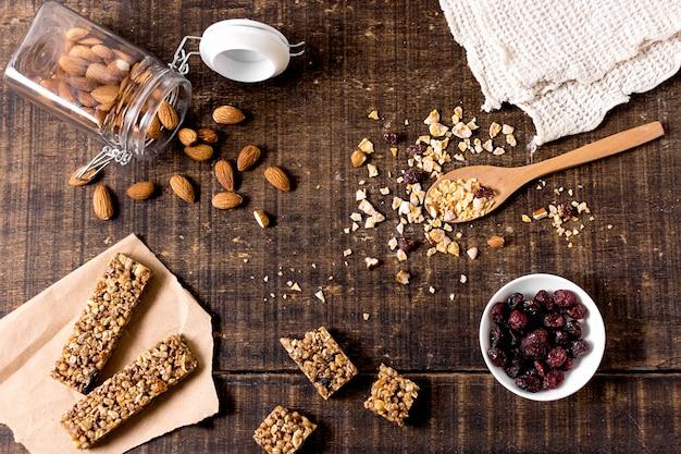 Вид сверху на зерновые батончики с миндалем и клюквой Бесплатные Фотографии