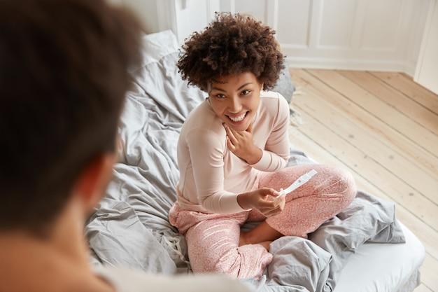 Вид сверху на черную черную будущую мать в пижаме Бесплатные Фотографии
