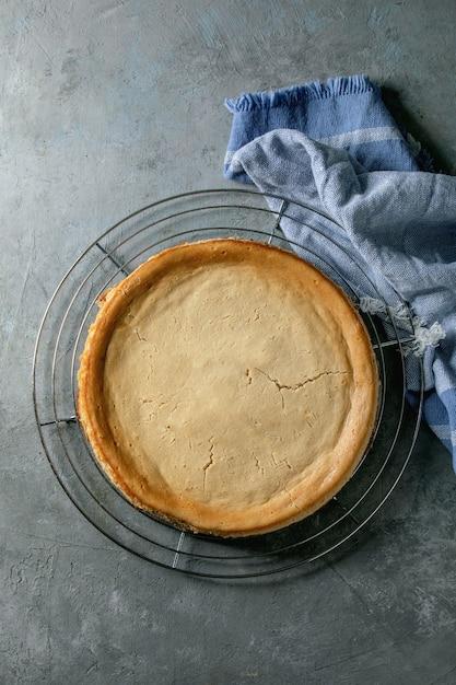 透明プレート上のチーズケーキのトップビュー Premium写真