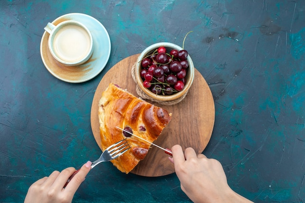 ダークブルーの新鮮なサワーチェリーとそのチェリーケーキスライスの上面図、ケーキフルーツは甘いお茶を焼く 無料写真
