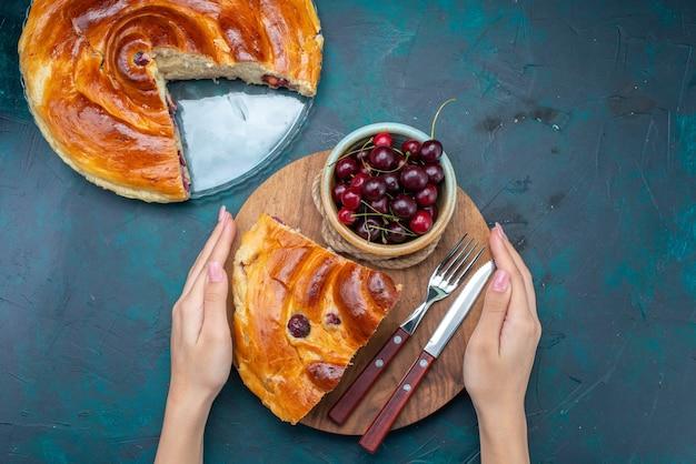 新鮮なサワーチェリーとダーク、ケーキフルーツ焼きスウィートティーに牛乳とチェリーケーキスライスの上面図 無料写真