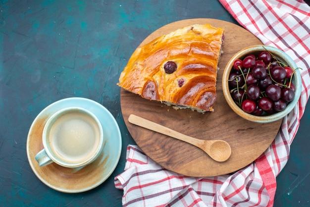 暗い机の上に新鮮なサワーチェリーと牛乳、ケーキフルーツ焼きスウィートティーとチェリーケーキスライスの上面図 無料写真