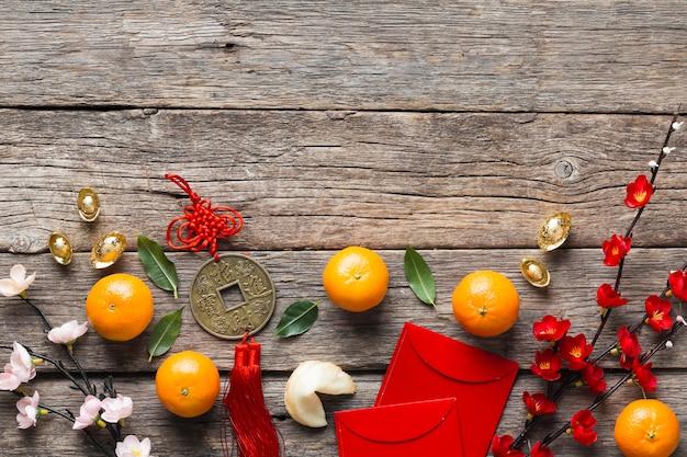 Вид сверху концепции китайского нового года на деревянном столе Premium Фотографии