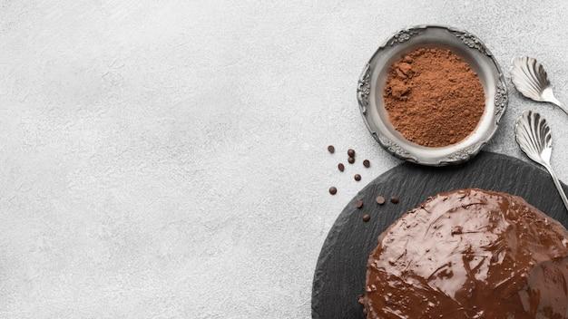 Вид сверху шоколадного торта с какао-порошком и копией пространства Premium Фотографии