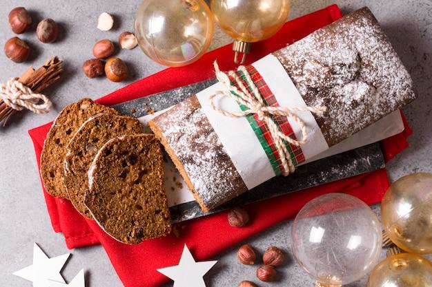 地球儀とシナモンスティックとクリスマスケーキの上面図 無料写真