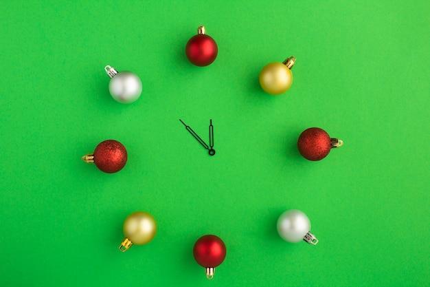 Вид сверху рождественские часы с красочными шарами Premium Фотографии