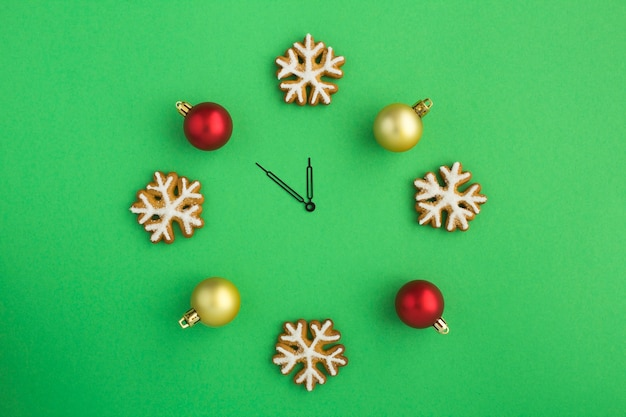 Вид сверху на рождественские часы с пряничными снежинками и шарами Premium Фотографии