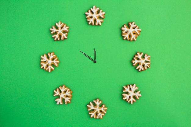 Вид сверху на рождественские часы со снежинками из пряников Premium Фотографии