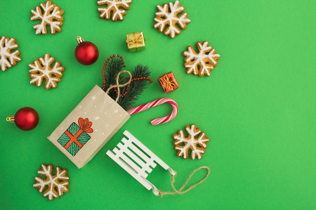 Вид сверху рождественской композиции с подарочным пакетом Premium Фотографии