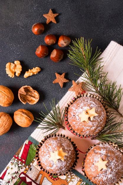 Вид сверху рождественских кексов с грецкими орехами Бесплатные Фотографии