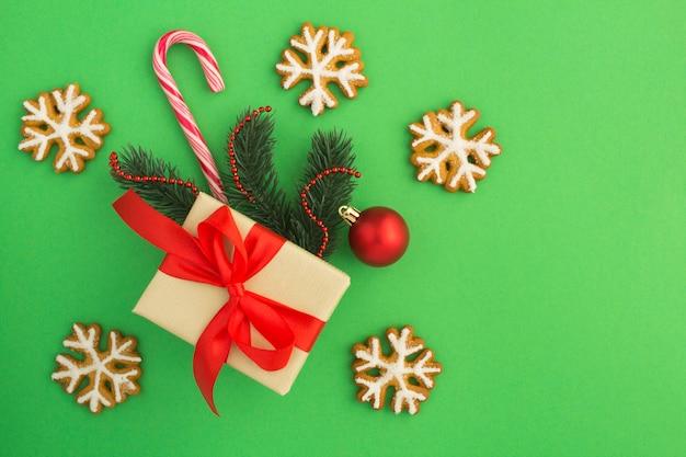 Вид сверху рождественский подарок и имбирный пряник Premium Фотографии