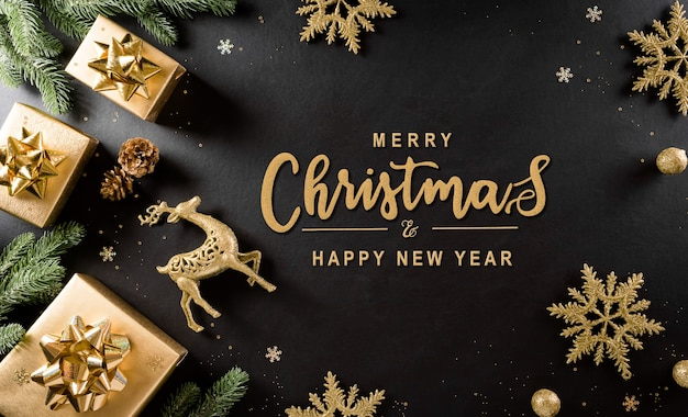 Вид сверху рождественской подарочной коробки, еловых веток, сосновых шишек, оленей, елочного шара и снежинки Premium Фотографии