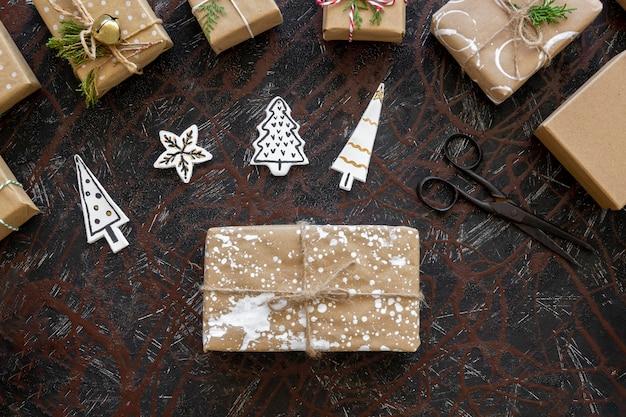 Вид сверху рождественского подарка с елочными украшениями Бесплатные Фотографии