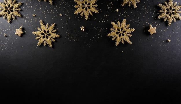 Вид сверху рождественской снежинки и звезд на черном деревянном фоне. Premium Фотографии
