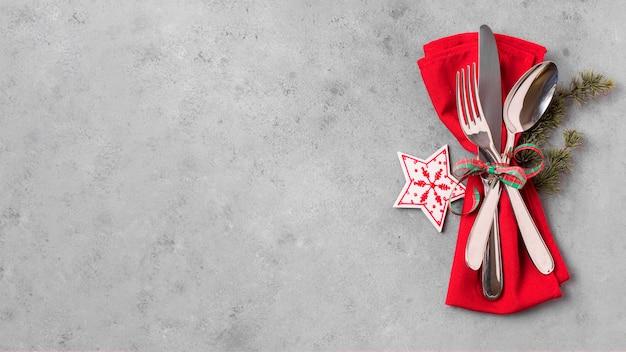 Вид сверху рождественского стола с копией пространства и столовыми приборами Premium Фотографии