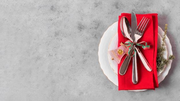 Вид сверху рождественского стола с копией пространства и тарелки Premium Фотографии