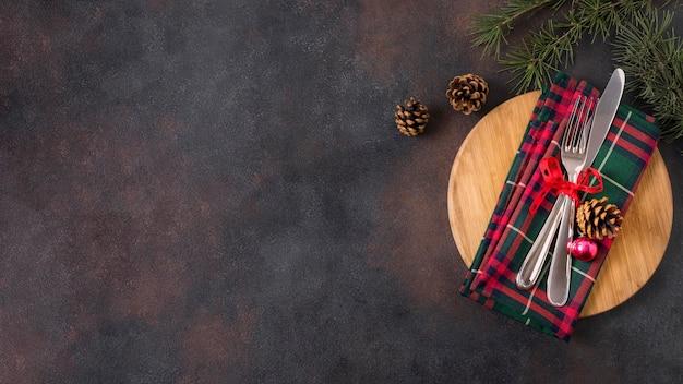 Вид сверху рождественского стола с сосновыми шишками и копией пространства Бесплатные Фотографии