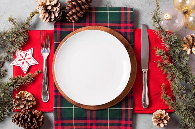 Вид сверху рождественского стола с тарелкой и столовыми приборами Premium Фотографии