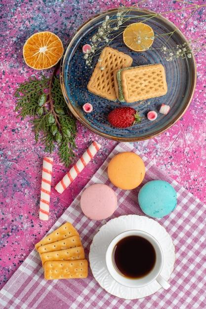 コーヒーカップ、クッキーサンドイッチ、クラッカー、マシュマロの上面図 無料写真