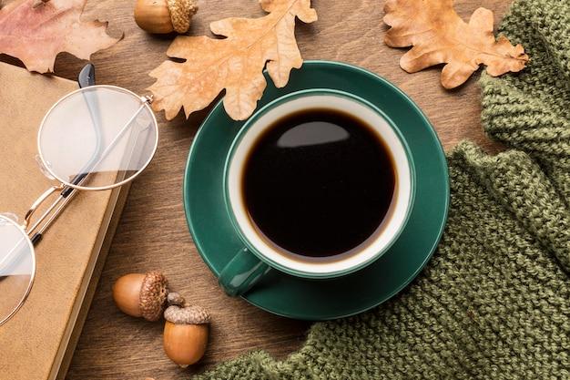 Вид сверху кофе с осенними листьями и очки Premium Фотографии
