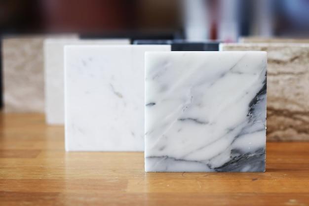 Вид сверху цветных образцов мрамора на дубовом деревянном столе Premium Фотографии
