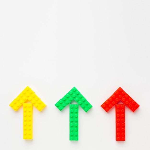 Вид сверху цветных игрушечных стрелок, указывающих вверх Бесплатные Фотографии