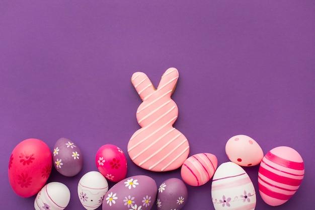 복사 공간과 토끼와 다채로운 부활절 달걀의 상위 뷰 무료 사진