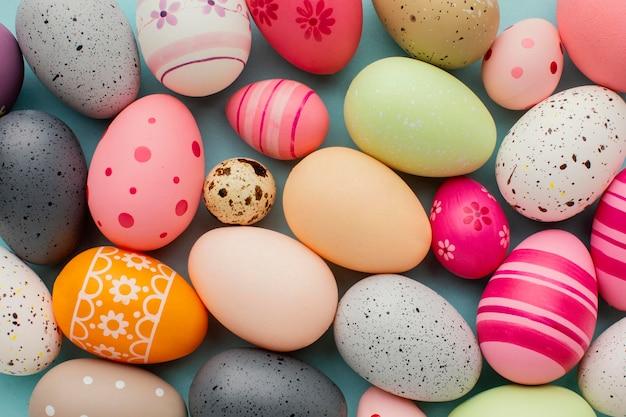 カラフルなイースターの卵の上面図 無料写真