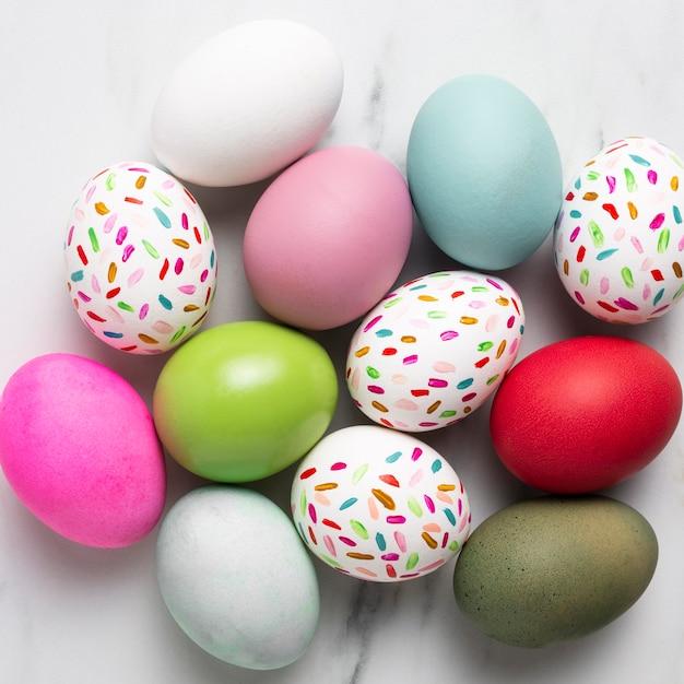 Вид сверху красочные расписные пасхальные яйца Бесплатные Фотографии