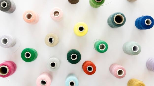 Вид сверху красочных ниток рулонов Бесплатные Фотографии