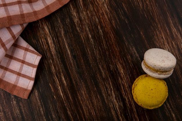 コピースペースを持つ木製の背景に格子縞の布でクッキーサンドイッチのトップビュー 無料写真