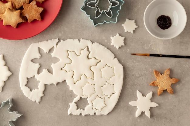 Вид сверху на тесто для печенья в форме снежинок Бесплатные Фотографии