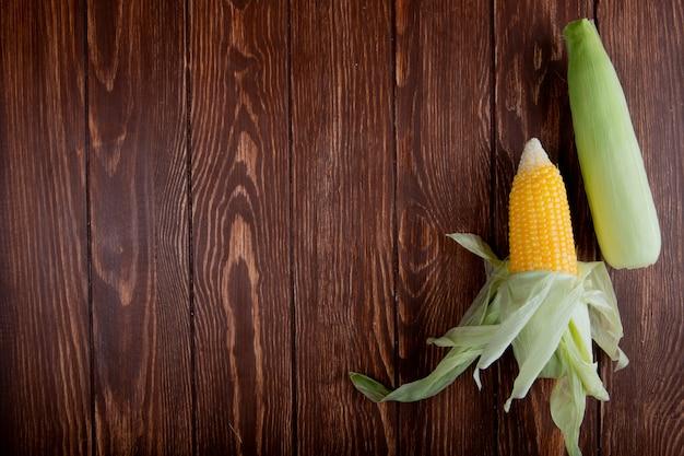 コピースペースを持つ木材にシェルとトウモロコシの穂軸のトップビュー 無料写真