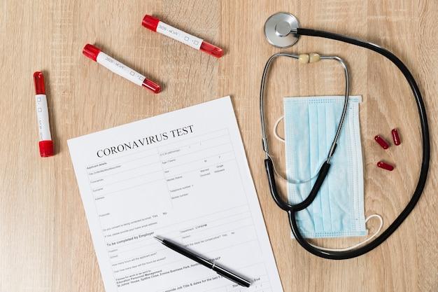 聴診器と錠剤とコロナウイルス試験紙の平面図 Premium写真