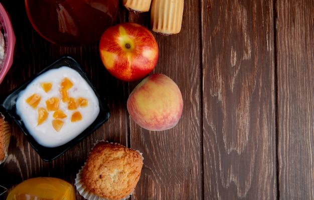Вид сверху творога с персиковыми кексами на деревянной поверхности с копией пространства Бесплатные Фотографии