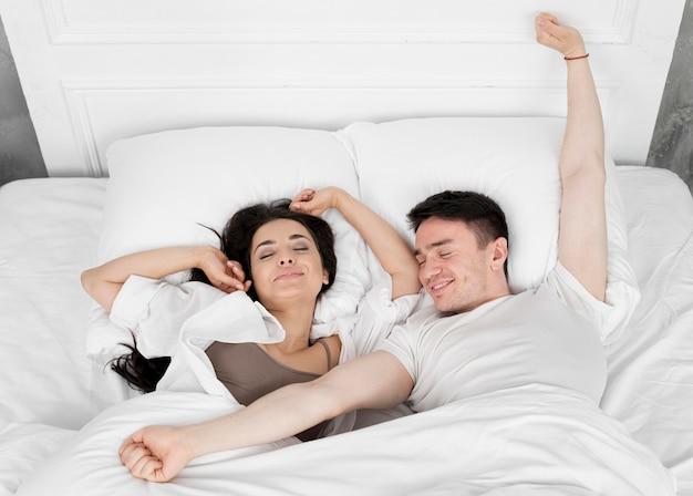 Вид сверху пара просыпается утром Бесплатные Фотографии
