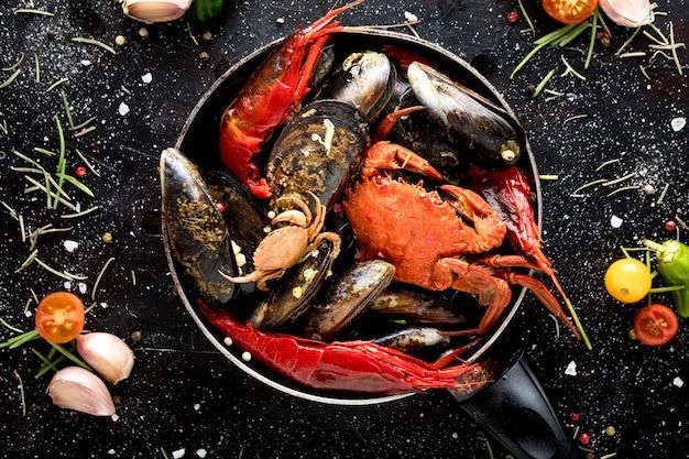 エビとフライパンでカニとムール貝のトップビュー 無料写真